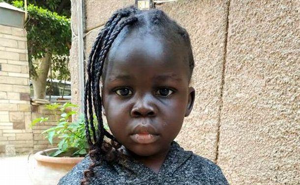 カイロからソウルへ 韓国チャーター機に乗り込んだ南スーダンの女の子