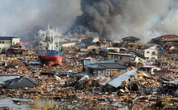 写真・図版 : 東日本大震災の津波で船や家屋が押し流された宮城県気仙沼市の市街地=2011年3月12日、小宮路勝撮影