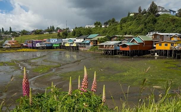 写真・図版 : 現在のチロエ島のカラフルな家。大地震や津波に弱いこうした家がいまだに多い= 筆者撮影