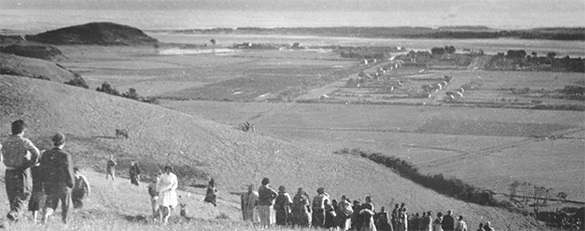 写真・図版 : プエルトサーベドラの住民は丘の上に避難し、自分たちの家が壊れるのを見ていた。幸い、死者はでなかった=撮影者不明