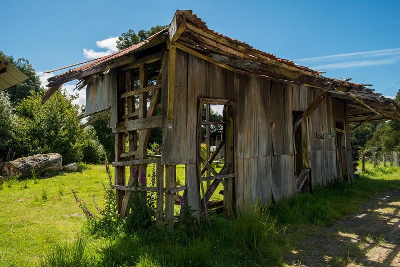 写真・図版 : チロエ島の奥地に今ものこる1960年チリ地震で破壊されたブタルクラ駅=筆者撮影