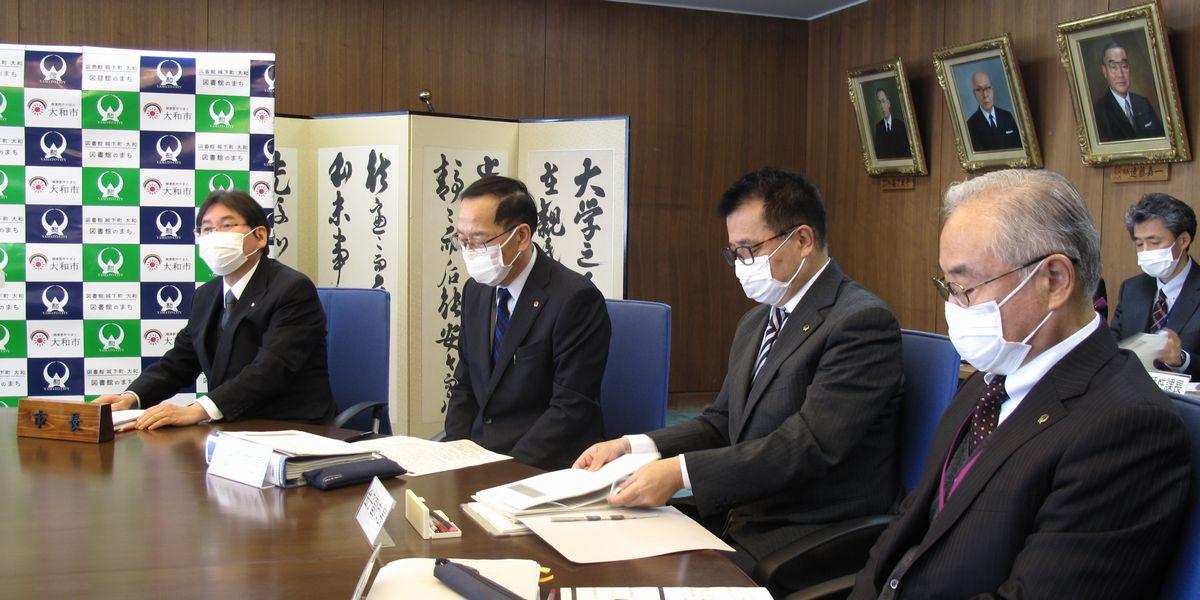 写真・図版 : 健康政策に力を入れる大和市では、職員のマスク着用開始は早く、2月20日の記者会見の時点で、すでに市長ら全職員がマスクを着用して臨んでいた。「万一罹患していてみなさんに感染が拡大しないように」と説明した