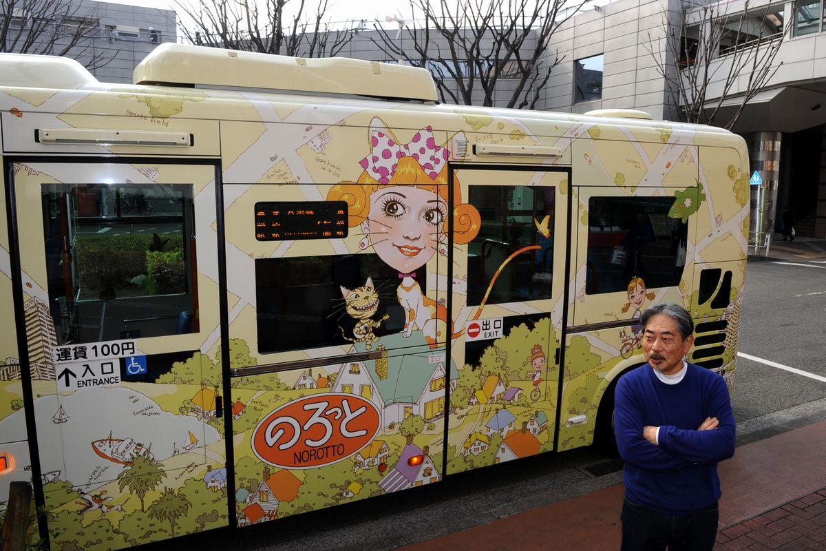 写真・図版 : 市民には文化人や芸術家も多い。「ぴあ」の表紙を長年描いたイラストレーター及川正通さんはベッドタウンを走る市のコミュニティーバスを無償でデザインした