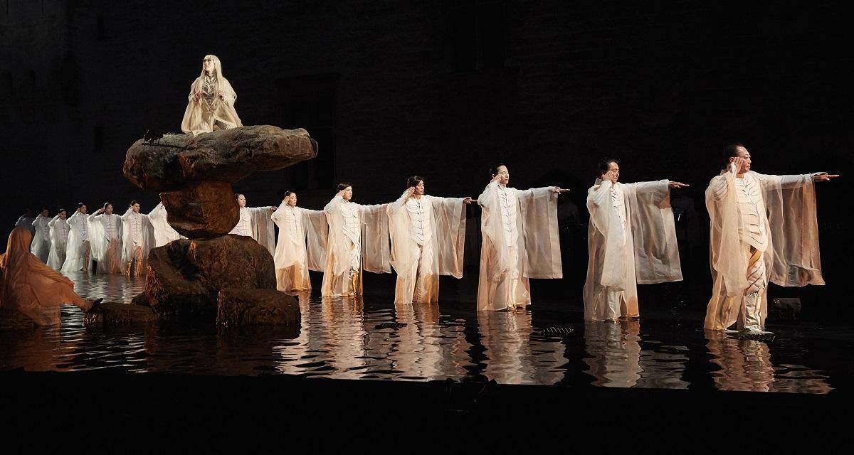 写真・図版 : SPACが2017年のフランス・アヴィニョン演劇祭の開幕に上演した『アンティゴネ』の舞台(©Christophe Raynaud de Lage / Festival d'Avignon)。2020年の「ふじのくに⇄せかい演劇祭」でも上演される予定だった