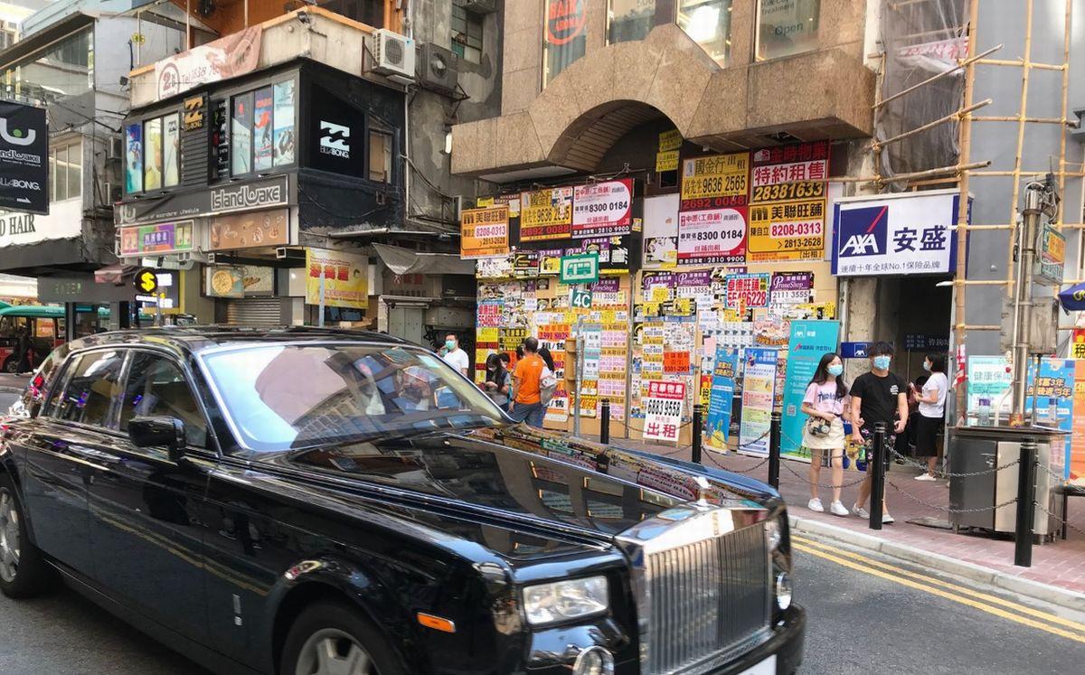 写真・図版 : 閉鎖店舗が目立つ繁華街銅鑼湾