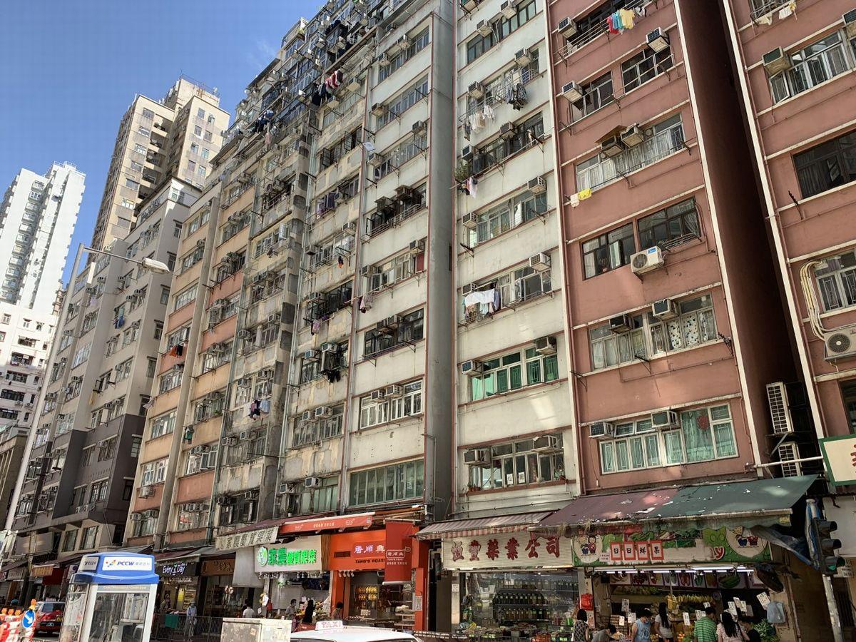 写真・図版 : 香港島堅尼地域(ケネディタウン)のアパート風景