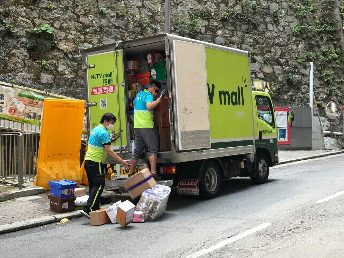 写真・図版 : 上り坂で荷を落とすEC大手HKTVモールのトラック
