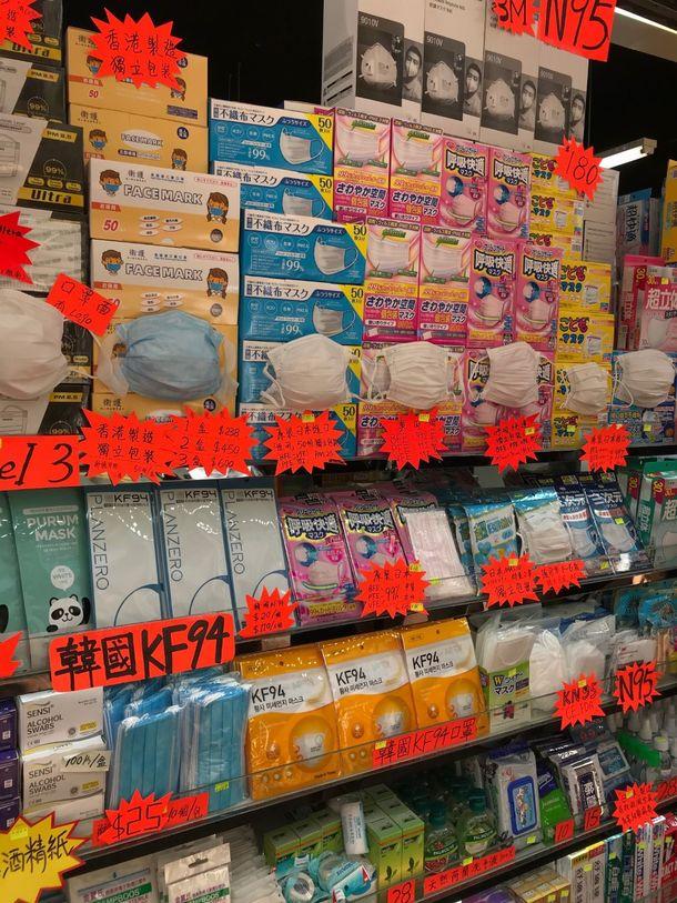 写真・図版 : 薬局に並ぶ世界のマスク
