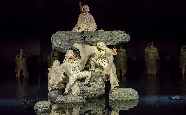 写真・図版 : SPACが2019年にニューヨークで上演した『アンティゴネ』の舞台=©Stephanie Berger/ Park Avenue Armory