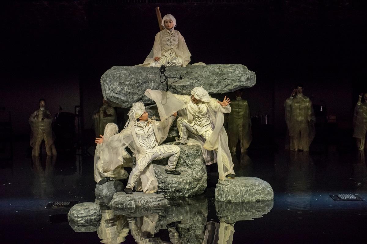 写真・図版 : SPACが2019年にニューヨークで上演した『アンティゴネ』の舞台。20年の「ふじのくに⇄せかい演劇祭」でも上演する予定だった=©Stephanie Berger/ Park Avenue Armory