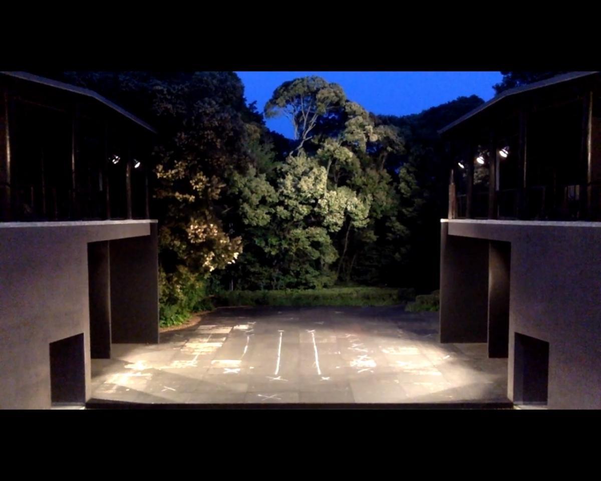 写真・図版 : 公演が行われるはずの時間には、無人の野外劇場「有度」(静岡県舞台芸術公園)の様子を『おちょこの傘持つメリー・ポピンズのいない劇場』と題してリアルタイムで配信した