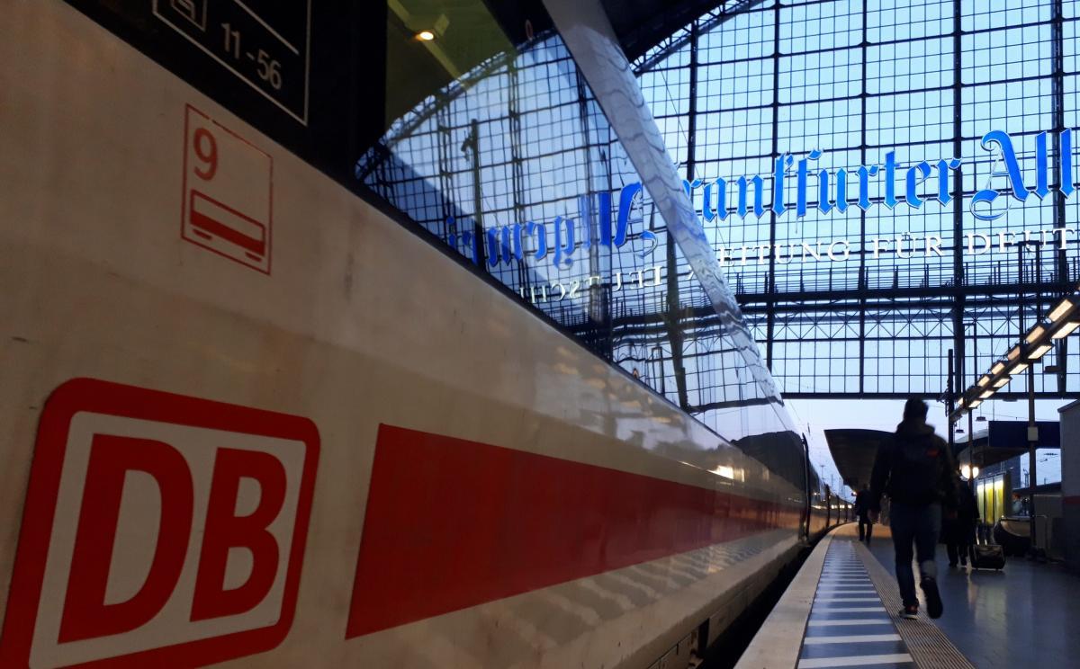 写真・図版 : ドイツ鉄道のフランクフルト中央駅に停まる都市間特急ICE=2月9日