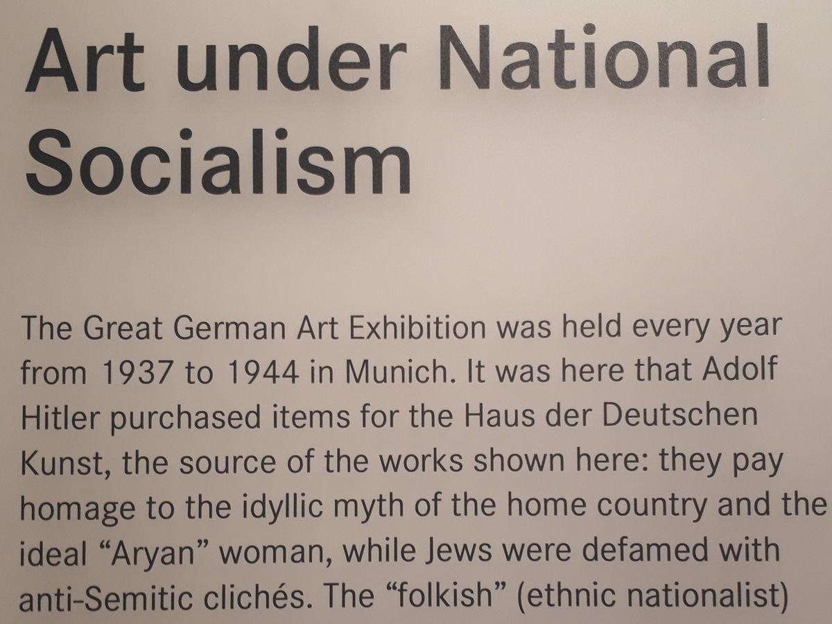 写真・図版 : 「ナチス時代の芸術」に関する展示の説明=ゲルマン国立博物館