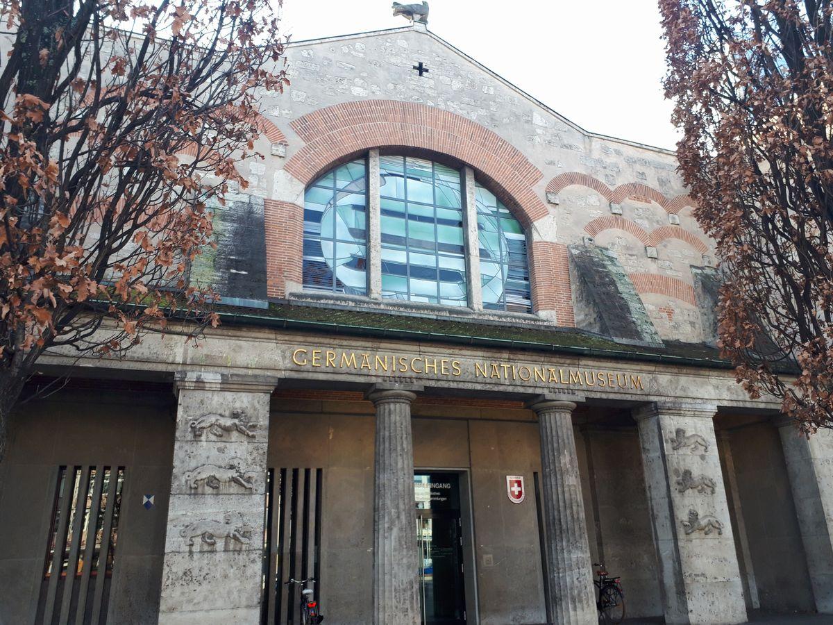 写真・図版 : ゲルマン国立博物館を横から