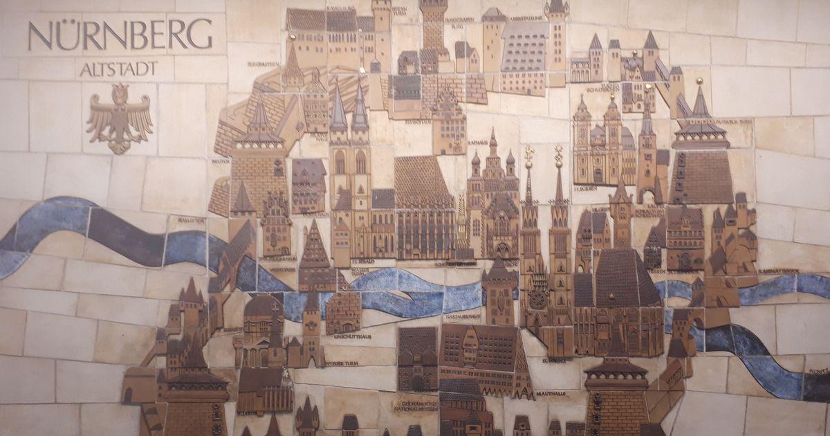 写真・図版 : ニュルンベルク中央駅の壁に描かれたかつての城郭都市=2月9日、藤田撮影