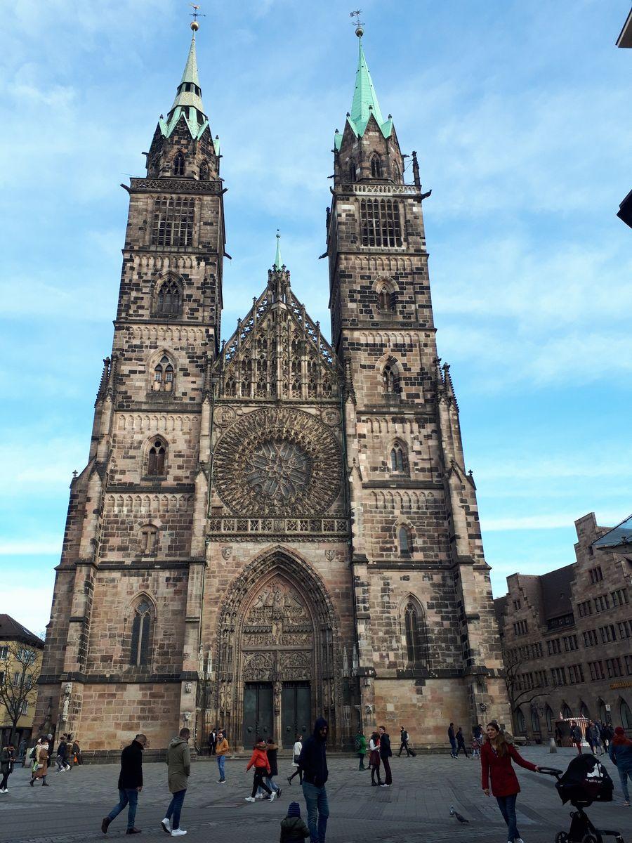 写真・図版 : ニュルンベルク市街に建つ聖ローレンス教会