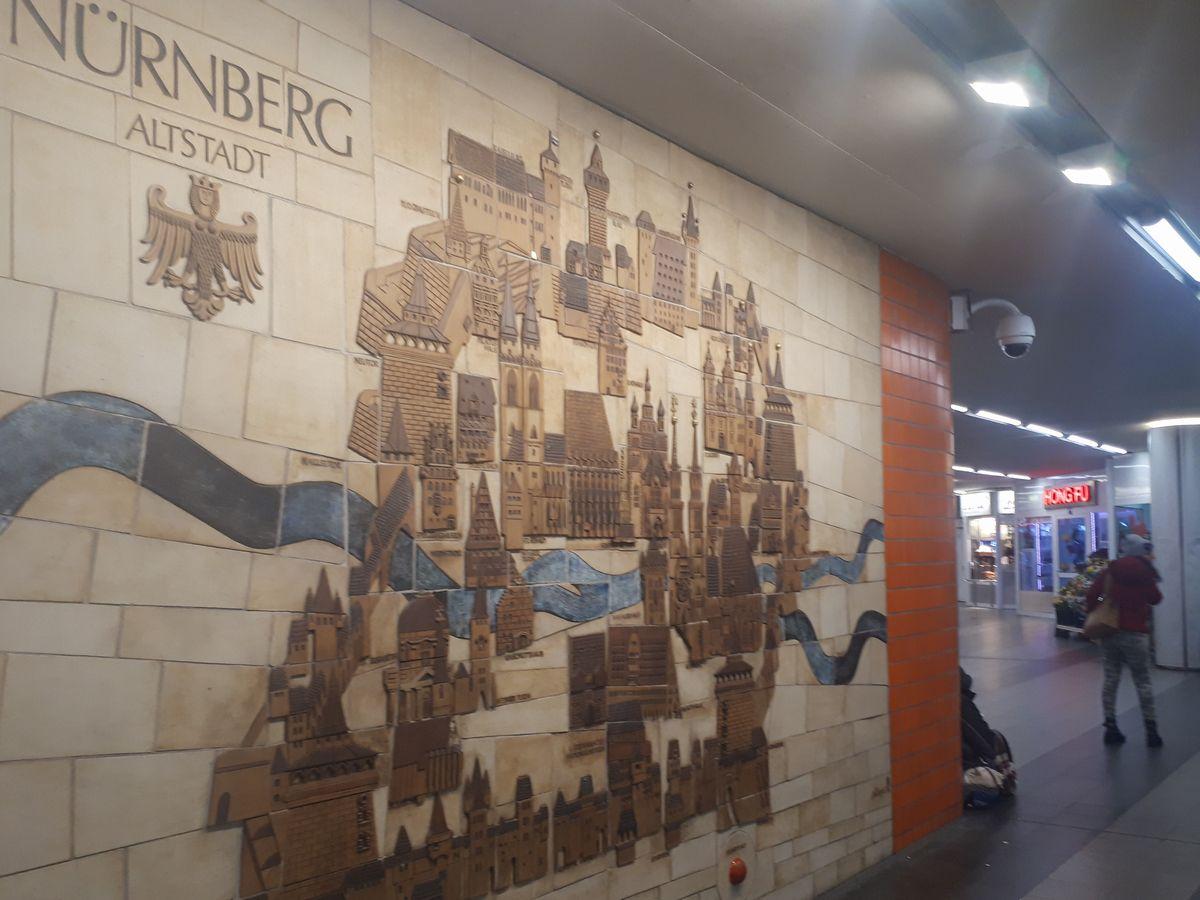 写真・図版 : ニュルンベルク中央駅の壁に描かれたかつての城郭都市