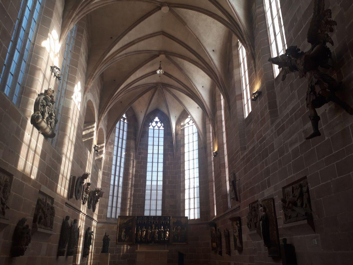 写真・図版 : かつての教会を活かし、聖人像などを掲げた展示=ゲルマン国立博物館