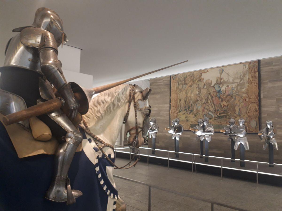 写真・図版 : 中世の騎士の甲冑や槍を使った展示=ゲルマン国立博物館