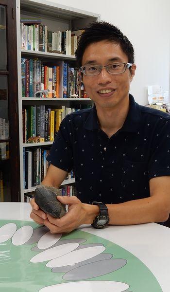 写真・図版 : 恐竜の巣や卵の化石について語る田中康平さん=筆者撮影