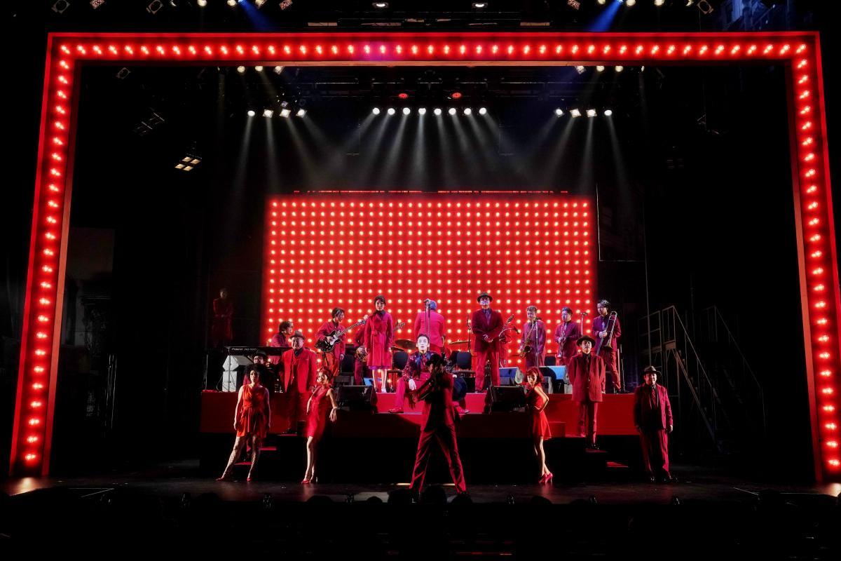 写真・図版 : KAAT神奈川芸術劇場で2020年1~2月に上演された『アルトゥロ・ウイの興隆』。ナチスの台頭をギャングの世界に置き換えたブレヒトの音楽劇を白井晃が演出、草彅剛が主演した=細野晋司撮影