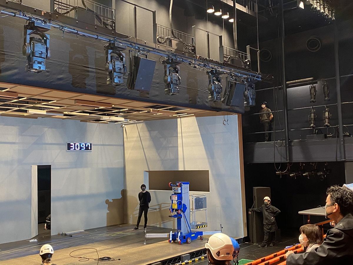 写真・図版 : 劇場では『アーリントン』の舞台セットを組む作業が行われた。時も場所も分からない「待合室」が舞台の物語が上演されるはずだった