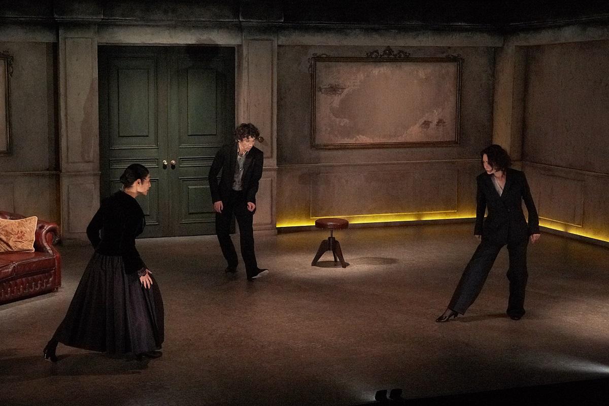 写真・図版 : KAAT神奈川芸術劇場で2019年1~2月に上演されたサルトル作、白井晃演出『出口なし』の舞台=大河内禎撮影