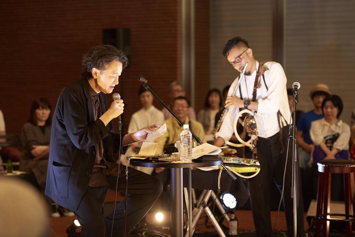 写真・図版 : KAAT神奈川芸術劇場に親しんでもらおうと定期的に開催している無料のトーク企画『SHIRAI's CAFE』。この日のゲストは音楽家の曽我大穂だった=2019年6年1日、新江周平撮影
