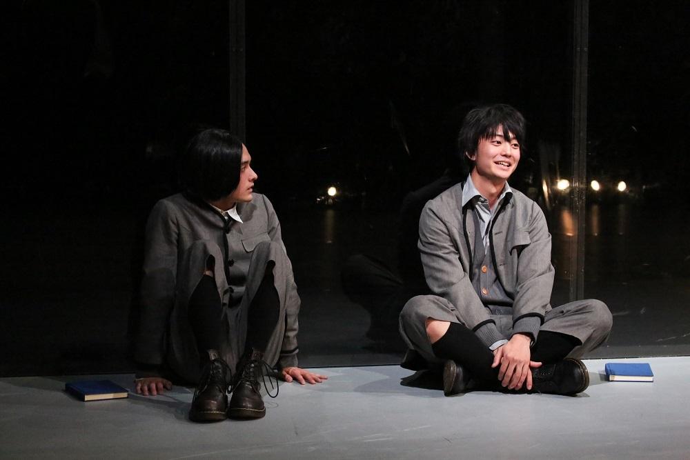 写真・図版 : KAAT神奈川芸術劇場で2019年4月に上演された『春のめざめ』。思春期の少年少女の心身の揺れを描いた19世紀ドイツの戯曲が白井晃演出によって、みずみずしい現代の舞台になった=宮川舞子撮影