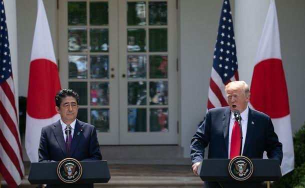 写真・図版 : ホワイトハウスで共同会見する安倍首相(左)とトランプ米大統領=ワシントン、ランハム裕子撮影、2018年6月7日