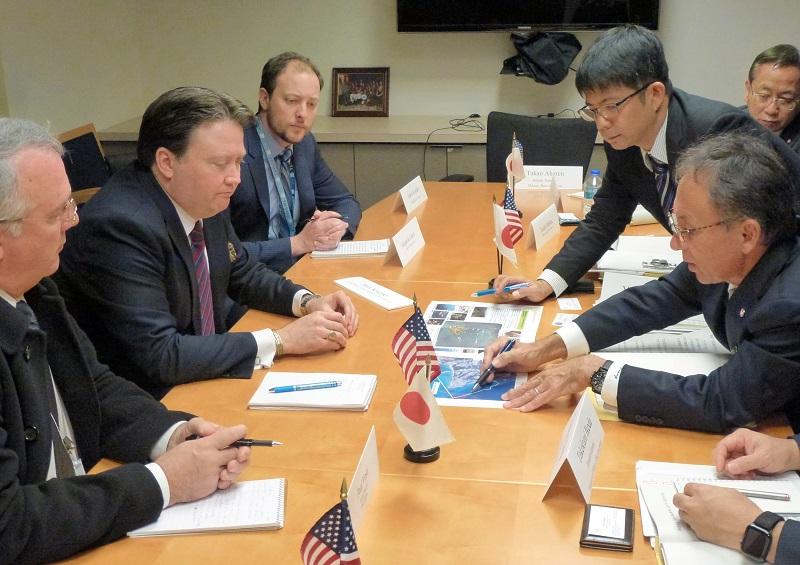 写真・図版 : 米国政府関係者と会談する玉城デニー知事(手前右)=2018年11月15日、ワシントンの米国務省、沖縄県提供