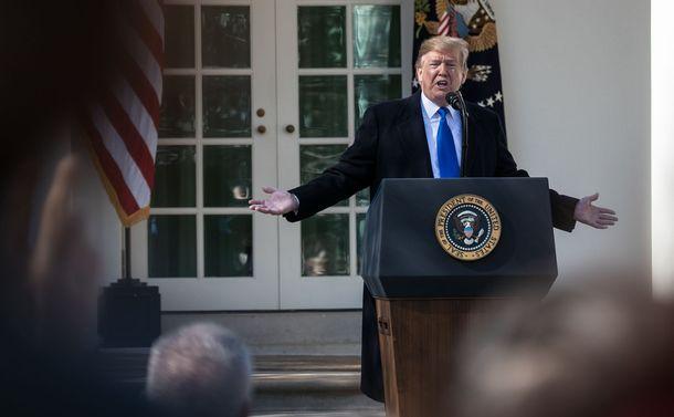 写真・図版 : ホワイトハウスでの会見で記者からの質問に答えるトランプ大統領=ワシントン、ランハム裕子撮影、2019年2月15日