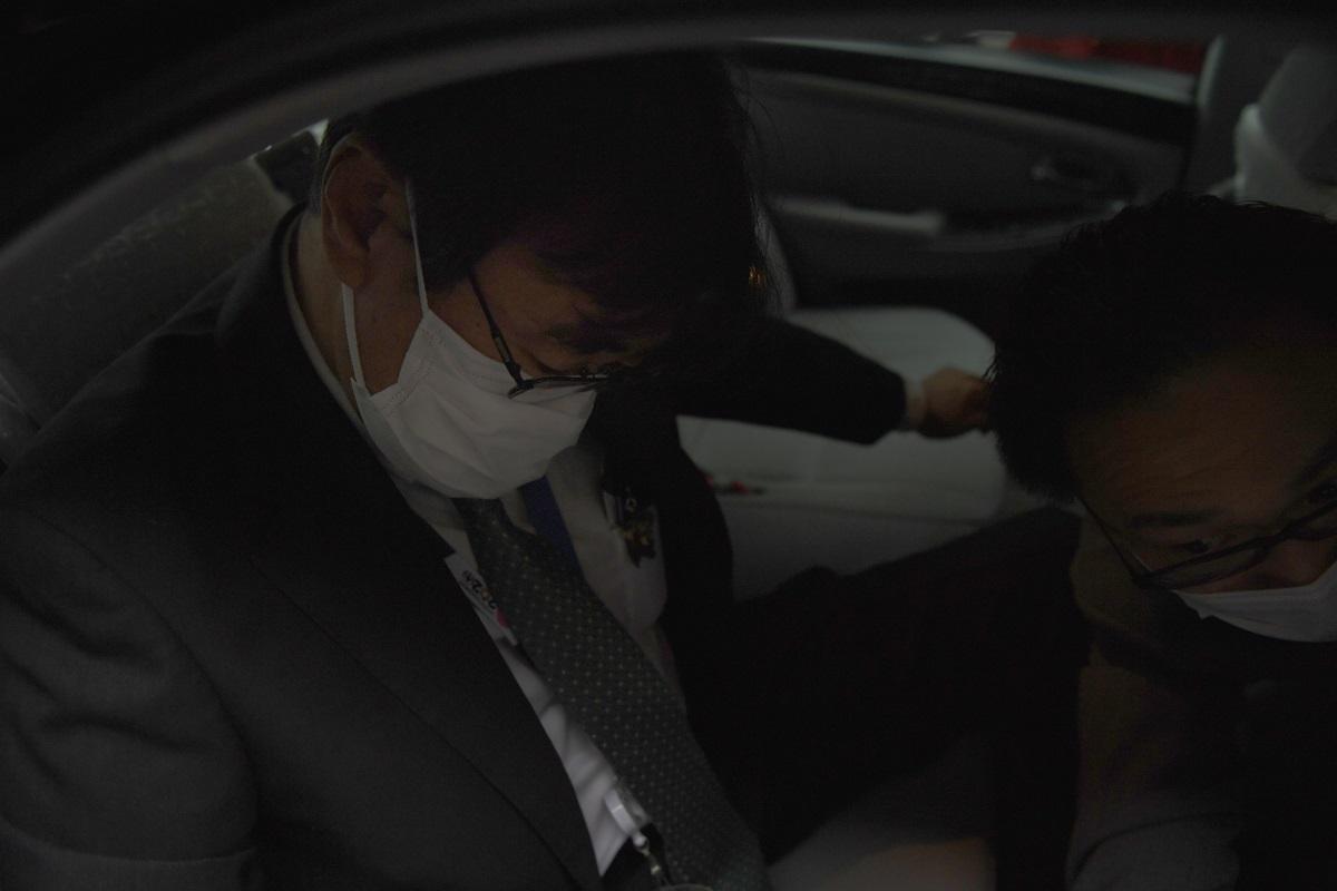 写真・図版 : 自宅を出る東京高検の黒川弘務検事長=2020年5月21日、東京都目黒区