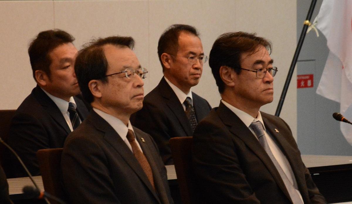 写真・図版 : 検察の幹部会議で肩を並べた黒川氏(右)と名古屋高検の林真琴検事長(左)=2020年2月19日、東京都千代田区