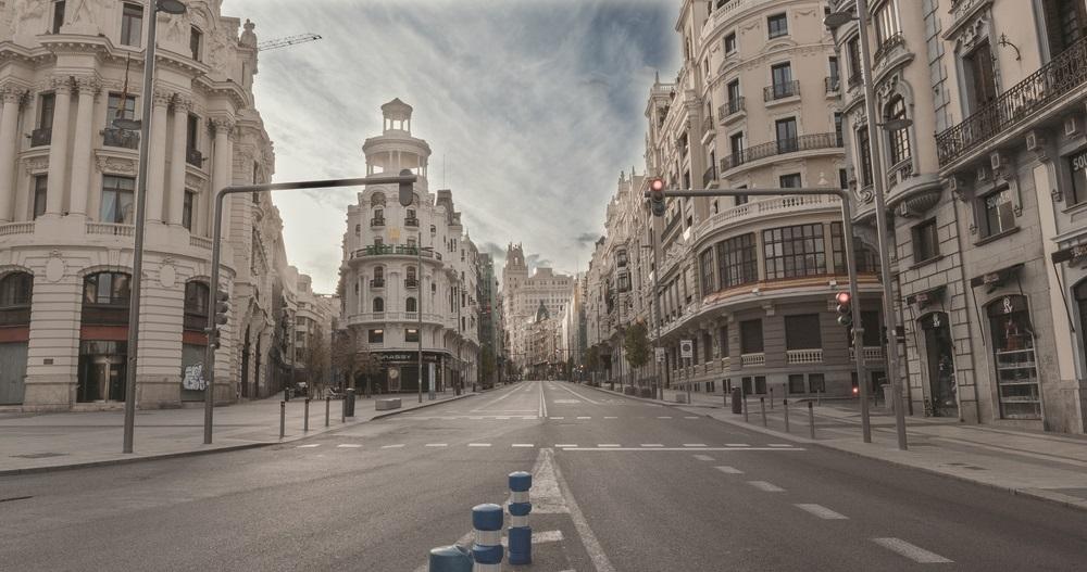 写真・図版 : ロックダウンで人影の消えたマドリード中心街=3月30日  Sanson carrasco / Shutterstock.com