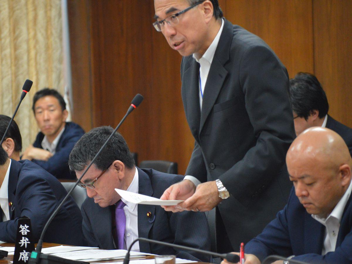 写真・図版 : 2018年に国会で、日米地位協定と「一般国際法」の関係について答弁する外務省の鈴木量博北米局長。左は当時の河野太郎外相=藤田撮影