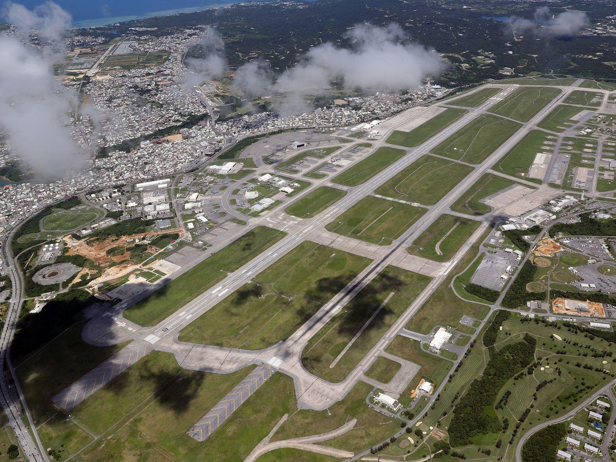 写真・図版 : 住宅街と隣り合う米空軍嘉手納基地=2019年、沖縄本島上空。朝日新聞社機