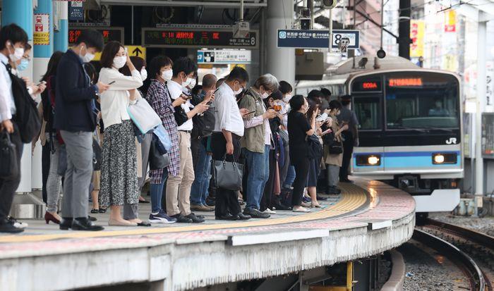 写真・図版 : 緊急事態宣言解除から一夜明け、東京メトロ東西線西船橋駅で東京方面行きの電車を待つ人たち=2020年5月26日、千葉県船橋市、西畑志朗撮影