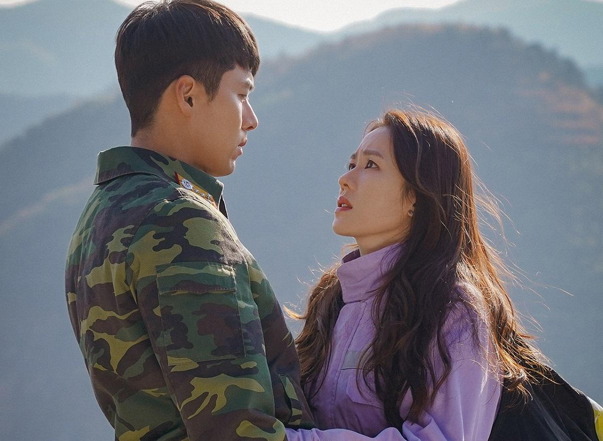 ドラマ「愛の不時着」。主役のソン・イェジン(右)とヒョンビン=tvN提供
