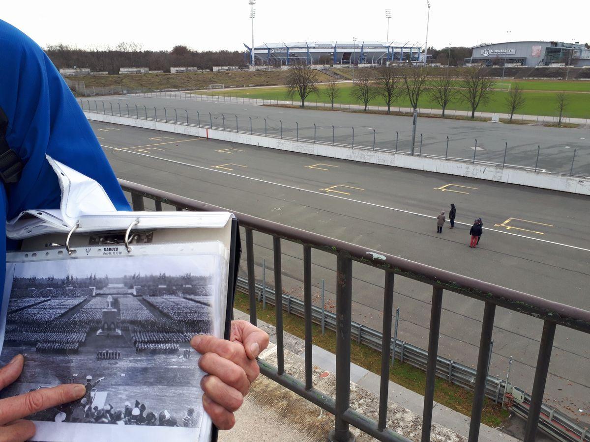 写真・図版 : グランド・スタンドでかつてヒトラーが立った演壇から、党大会参加者で埋まったツェペリン・フィールドを望む