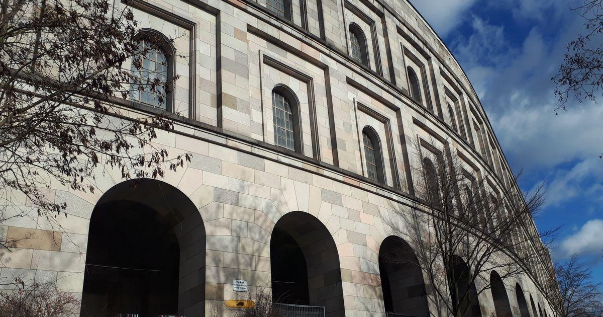 写真・図版 : ナチス最大の遺構「議事堂」の外側