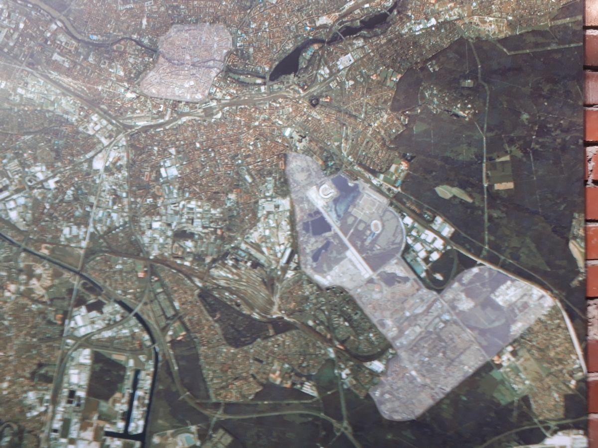 写真・図版 : ニュルンベルク周辺の航空写真。郊外にあるナチス党大会会場の矢印型の敷地が、左上の市街の部分を指している=ナチス党大会記録センター