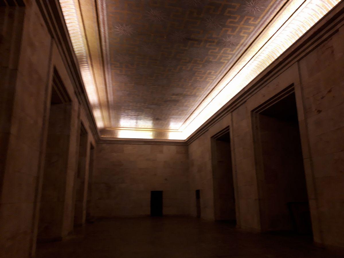 写真・図版 : グランド・スタンドの中にある「黄金の間」。天井にナチスのカギ十字の模様が連なる