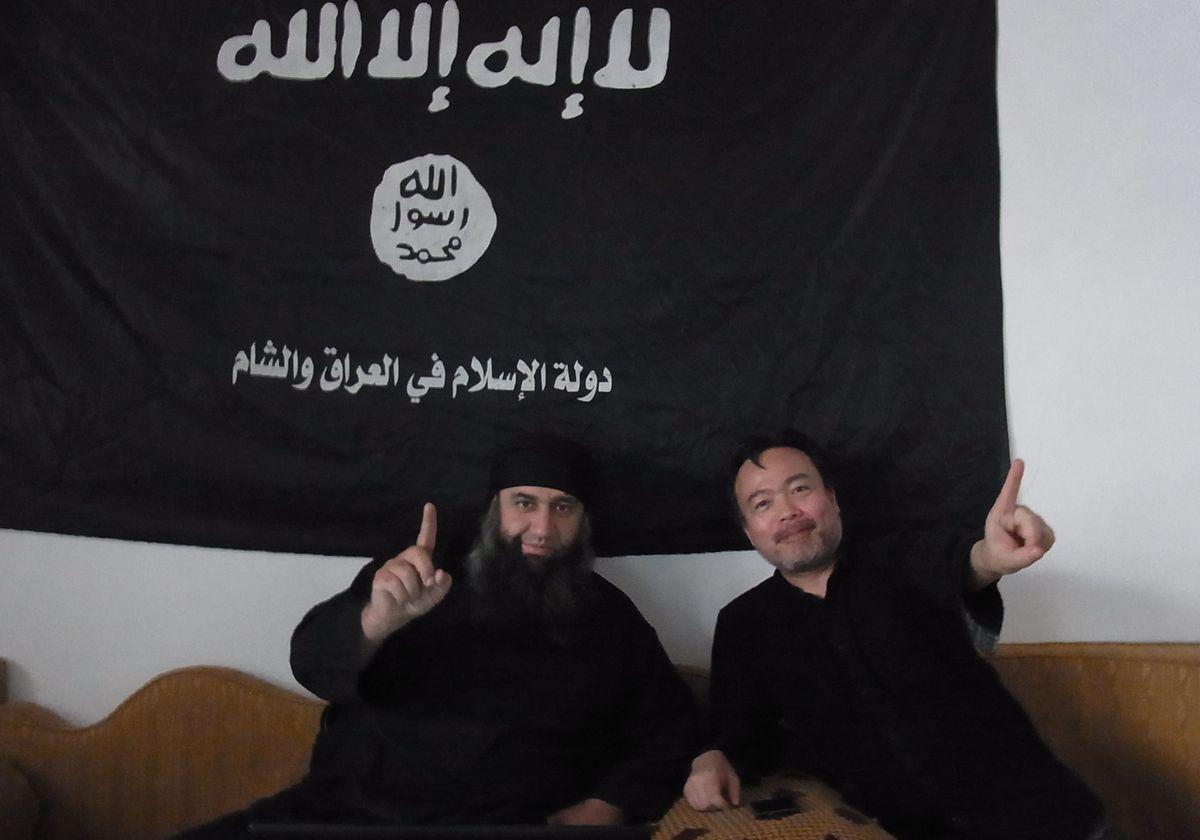 写真・図版 : シリアのイドリブ県ダルクーシュで、現地を支配していたイスラム国のウマル・グラバ司令(左)に出会った直後の筆者。一緒に写真を撮影することで、敵視されずに済んだ=2013年10月