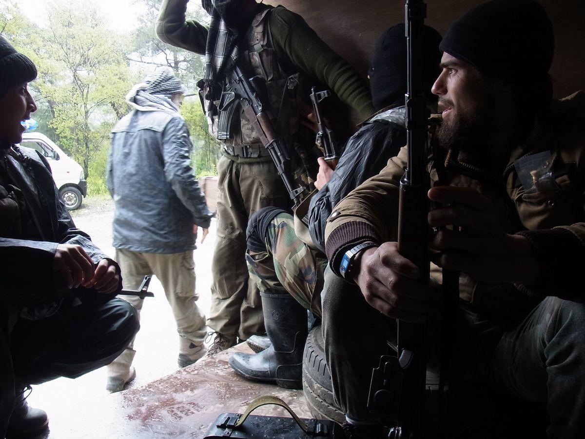 写真・図版 : シリアのアサド政権軍を攻撃する作戦に出発する反体制派のイスラム主義穏健派ジュヌード・アッシャームの義勇兵たち。グループは穏健派だが、多くのメンバーが脱退してイスラム国(IS)に参加した=2013年4月、筆者撮影
