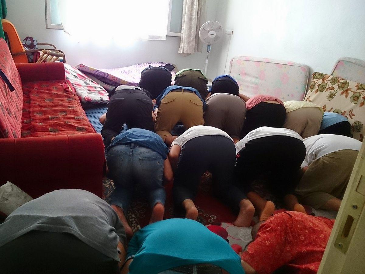 写真・図版 : トルコのガシアンテプ郊外のISのアジト。IS義勇兵らが集団礼拝していた=2014年9月、筆者撮影