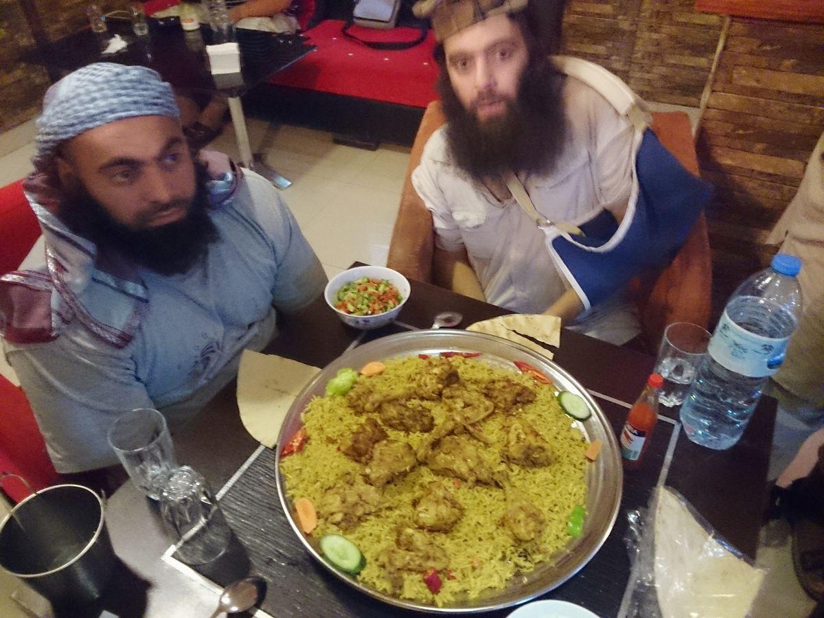写真・図版 : シリアのISの「首都」ラッカで、唯一営業していたレストランで食事するエジプト人義勇兵たち。写っている2人ともその後戦闘で死亡=2014年9月、筆者撮影