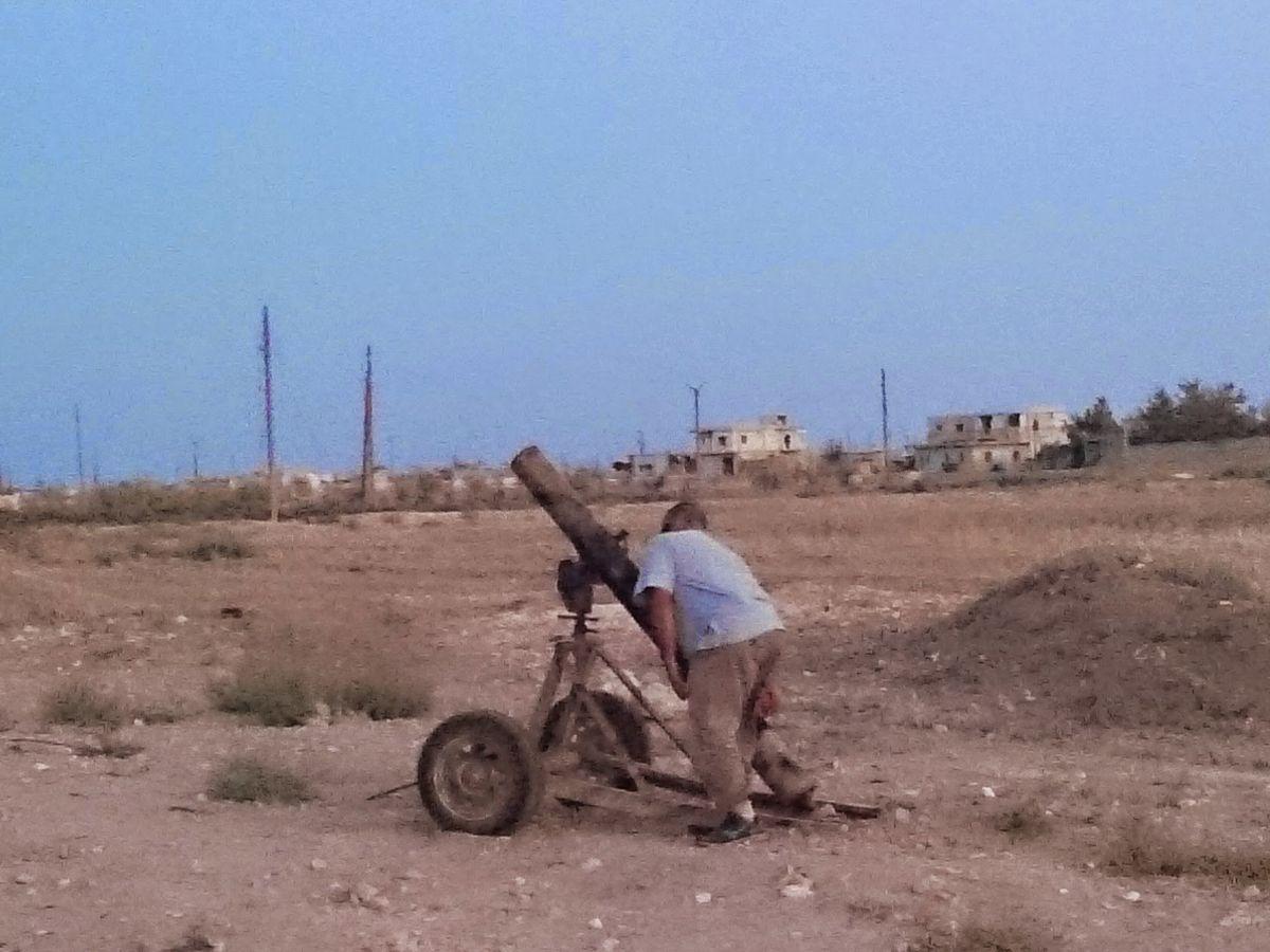 写真・図版 : シリアのアルバーブ市郊外で、アサド政権の空軍基地を迫撃砲で攻撃するエジプト人のIS義勇兵=2014年9月、筆者撮影