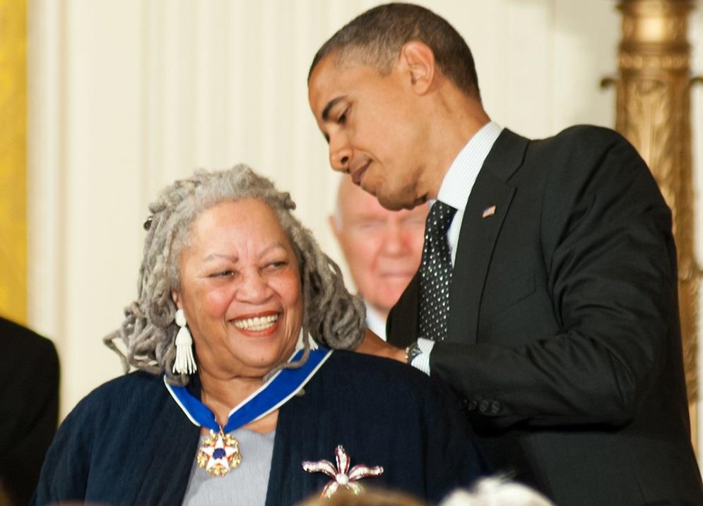 写真・図版 : オバマ大統領から自由勲章を授与されるトニ・モリソン=2012年5月29日 Rena Schild / Shutterstock.com