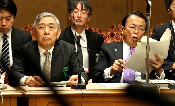 写真・図版 : 参院財政金融委で質問を聞く黒田東彦日銀総裁(左)と麻生太郎財務相=2020年3月18日